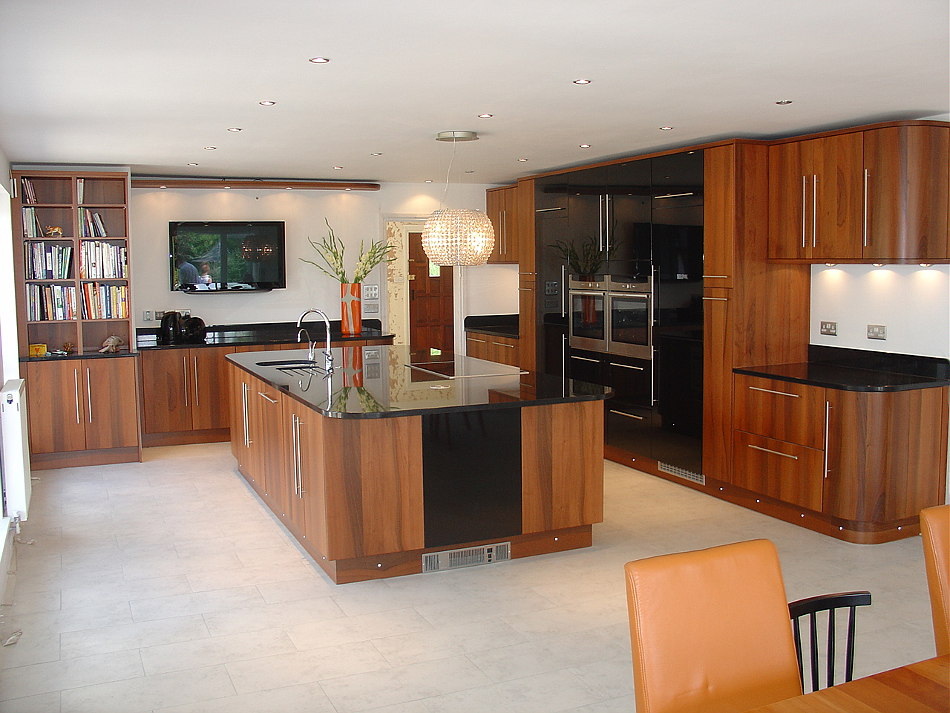 High gloss black kitchen cabinets for Black gloss kitchen cabinets